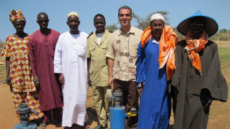 Agricultores senegaleses aprendiendo a instalar el equipo de riego Tipa. Photo: cortesía