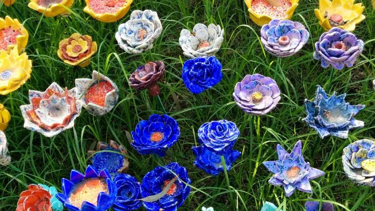 Jardín de flores de cerámica en el Museo de Eretz Israel. Foto de Viva Sarah Press