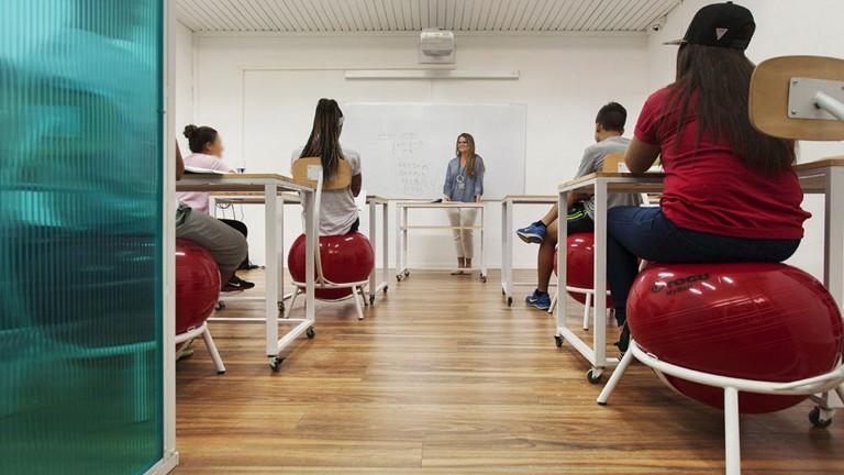 Aula de primera clase para ni os con tdah israel21c for Mobiliario para estudiantes