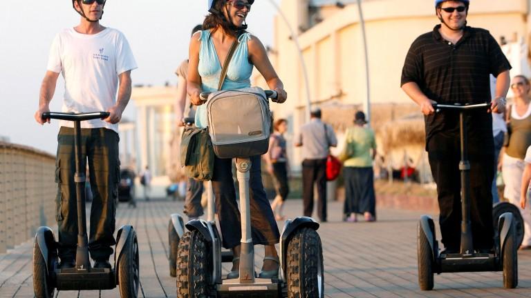 Turistas montan en Segway en el paseo marítimo. Foto de Moshe Shai/FLASH90
