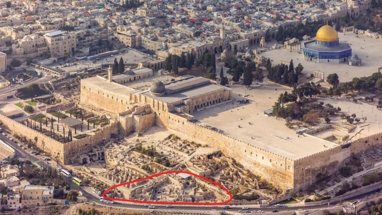 Las excavaciones en Ophel, a los pies del muro sur del Monte del Templo, en Jerusalén, están indicadas en rojo. Foto cortesía de Andrew Shiva