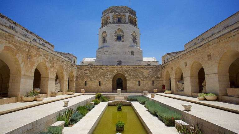 Patio del Museo Rockefeller, en Jerusalen. Foto de Zachary Ka-Tsun Wong.