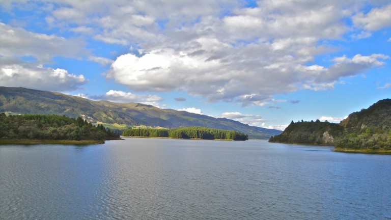 La laguna del Neusa, al norte de Bogota, sirve las necesidades de la ciudad y poblaciones cercanas. Foto de Daniel Santacruz.