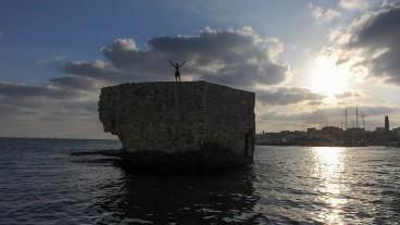 Sólo quedan ruinas de los antiguos muros de Acre, una solitaria estructura que parece haber sido abandonada al castigo de las olas. Foto de Mendy Hechtman/Flash90