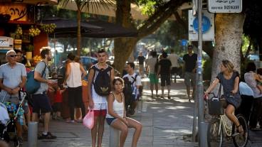 La calle siempre está llena de vida. Foto de Miriam Alster/Flash90
