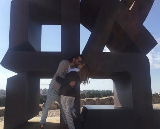 Toni Costa y Adamari Lopez se besan en la Escultura del Amor, en Jerusalen. Foto de Instagram.