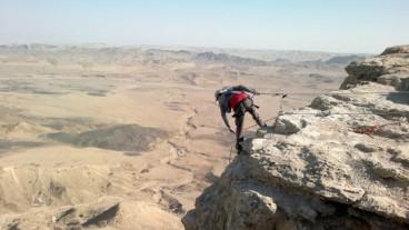 Descender en rápel en el Cráter de Ramon es una experiencia única. Foto de Abigail Klein Leichman.