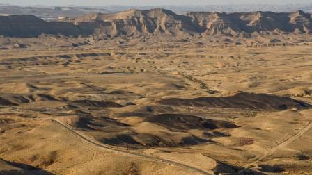 El cráter Makhtesh, cerca a Mitzpe Ramon, en el desierto del Negev, se formó naturalmente hace millones de años. Foto de Zoe Vayer/Flash90.