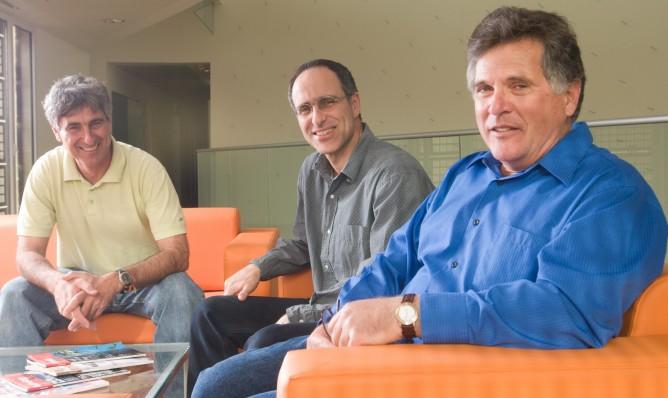 El profesor Eilon Adar, der., con colegas de la Universidad Ben-Gurion.