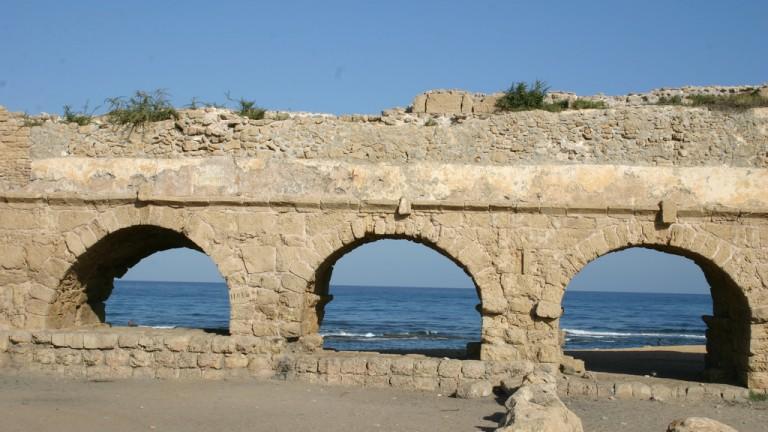 La Playa del Acueducto es única por su ubicación. Foto cortesía de www.goisrael.com.