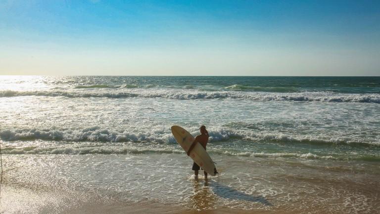Un surfero contempla las olas. Foto de Flash90.