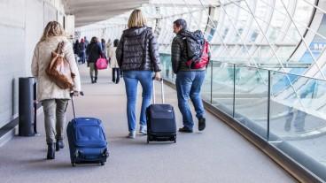 Pasajeros en el Aeropuerto Charles de Gaulle de París. Foto Shutterstock.