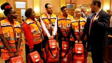 El fundador de United Hatzalah, Eli Beer, con la primera clase de voluntarios de asistencia en emergencias de Jersey City. Foto de Yadin Goldman.
