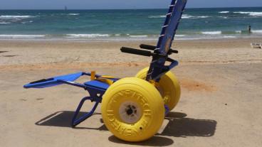 Banana Beach ha invertido en dos sillas de ruedas que facilitan el acceso a la playa. Foto cortesía.
