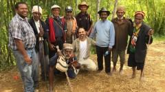 Golan Levi, de MyHeritage, con nativos de Konom, en las montañas de Papúa Nueva Guinea. Foto de Tamar Friedland.