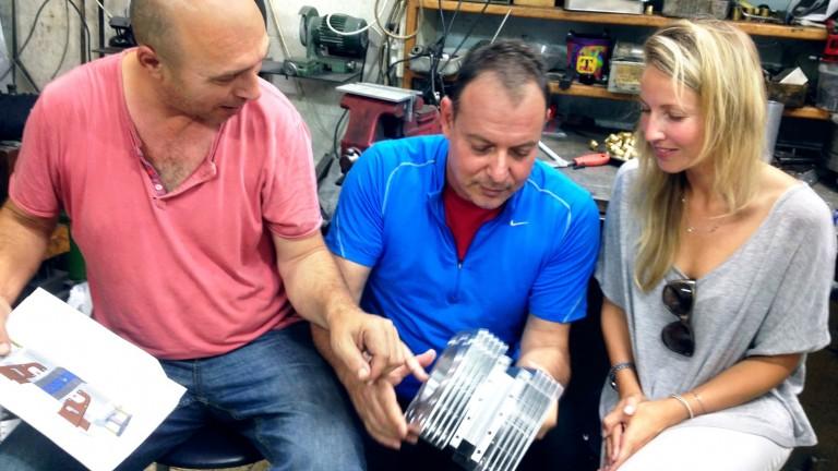 De izq. a der., Shaul Yaakoby, director tecnológico; Gal Fridman, director de mercadeo; y Maya Gonik, directora de Desarrollo de Negocios, con una muestra del motor Aquarius. Foto cortesía.