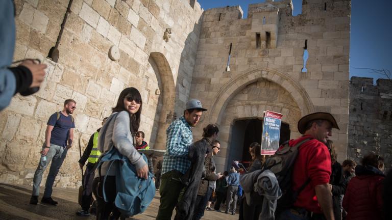 Turistas a la entrada de la Puerta de Jaffa, uno de los varios puntos de acceso a la Ciudad Vieja. Foto de Hadas Parush/FLASH90.