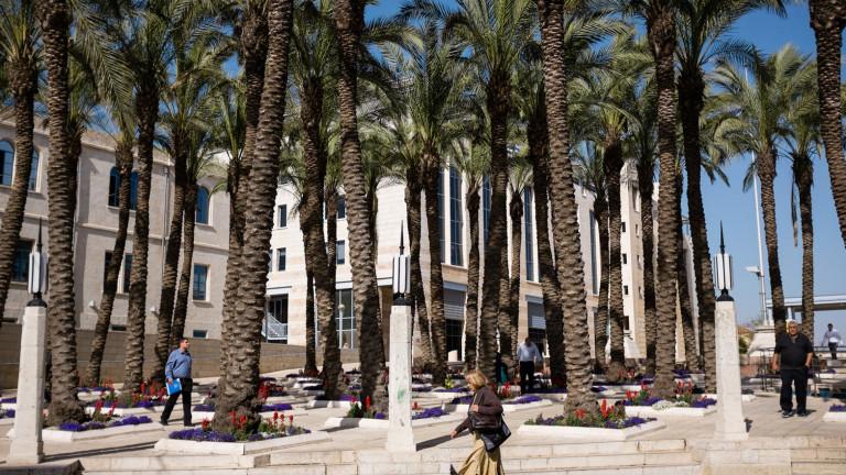 Los tours salen de la Plaza Safra, frente a la alcaldía de la ciudad. El tranvía para frente a la plaza. Foto de Corinna Kern/FLASH90.