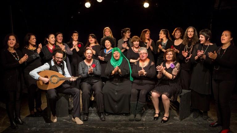 El coro está bajo la batuta de Mika Danny (segunda fila, con gafas), y la dirección artística de Idan Toledano (al frente.) Foto de Noa Ben Shalom.