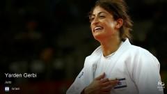 Gerbi sonríe al ponerse la mano sobre la bandera israelí en su uniforme tras ganar. Foto vía Rio2016.