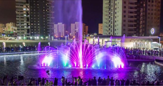 La obra fue inspirada por la Fuente Mágica de Barcelona y tiene nombre similar a la de Eilat. Foto de FireSky vía Wikipedia.