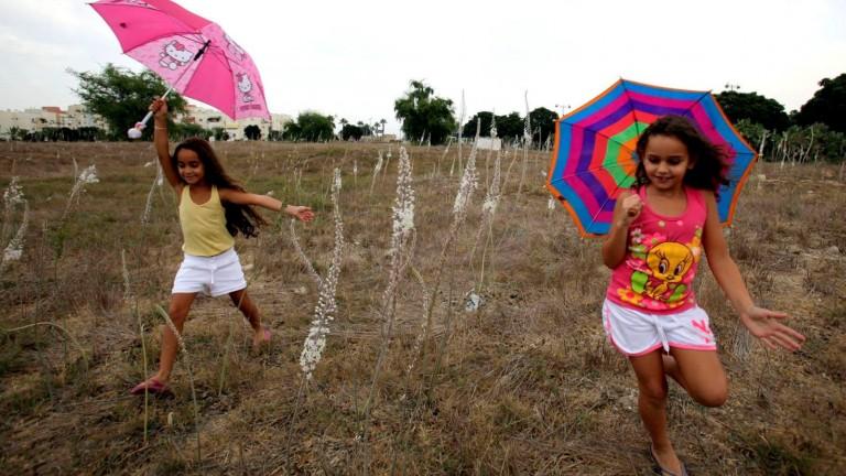 En Ashkelon dos niñas celebran la primera lluvia de la temporada. Foto de Edi Israel/FLASH90.