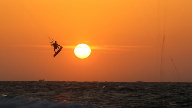 Practicantes de kitesurfing en la playa de Yamia, en Ashkelon, al atardecer. Foto de Edi Israel/FLASH90.