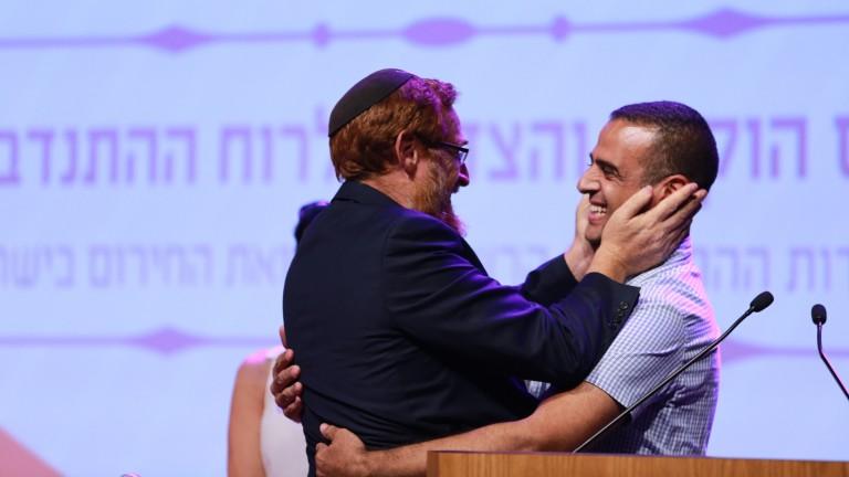 El parlamentario Yehudah Glick, izq., abraza a Kabahah Muawhiya, voluntario árabe que presta sus servicios de técnico médico de emergencias. Foto de Aharon Crown/United Hatzalah.