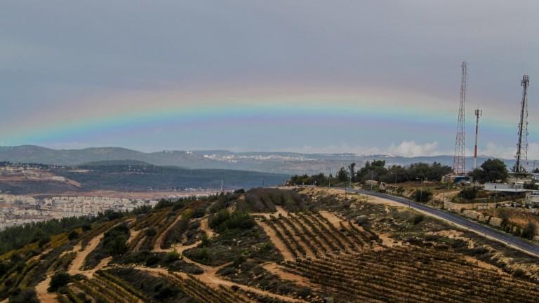 Arco iris sobre Gush Etzion, al sur de Jerusalén, el 16 de noviembre de 2015. Foto de Gershon Elinson/Flash90.