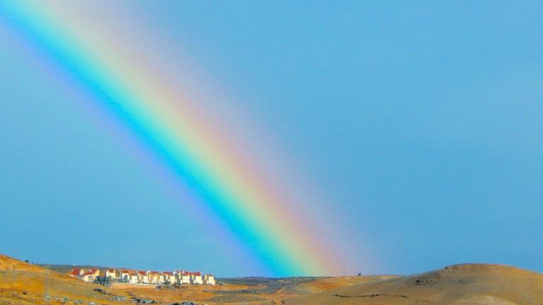 Las construcciones de Kfar Adumim, en el Desierto de Judea, se ven pequeñas junto a este gigantesco arco iris. Foto de Daniel Santacruz.