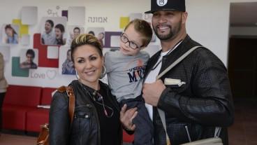 El jugador de béisbol de las Grandes Ligas Albert Pujols y su esposa, Deidre, posan con un niño en el Centro Nacional Infantil Shalva, en Jerusalén. Foto de Omer Burin.
