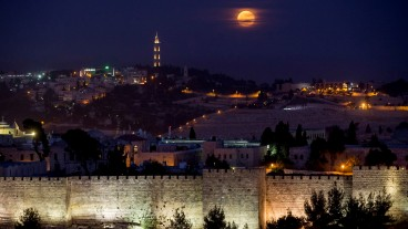 Las paredes de la Ciudad Vieja de Jerusalén sirven de marco a la superluna. Foto de Yonatan Sindel/Flash90.