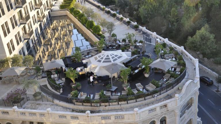El restaurante ofrece vistas privilegiadas de la ciudad. Foto cortesía de Delicious Israel.