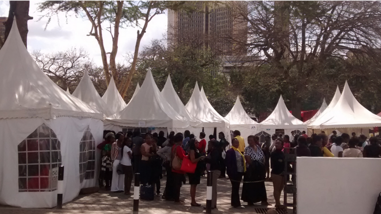 Mujeres hacen cola para pruebas de cáncer cervical en Kenia. Foto cortesía de MobileODT.
