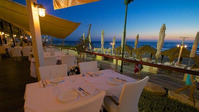 Vista del Mediterráneo desde una de las mesas de Al Hamayim. Foto vía Facebook.