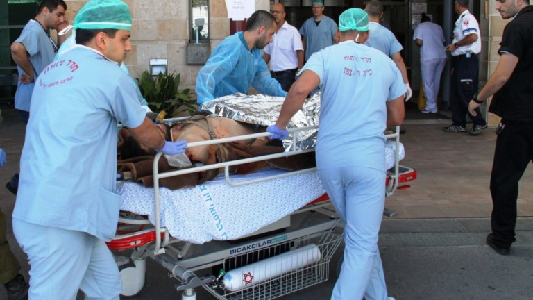 Un civil sirio herido es transferido al Centro Médico Ziv, en Safed. Foto de Simon Haddad/Ziv Medical Center.