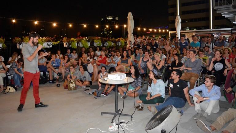 Roy Povarchik, consultor que ayuda al desarrollo de compañías nuevas, en un evento de F***up Nights Tel Aviv. Cortesía FUN Tel Aviv.