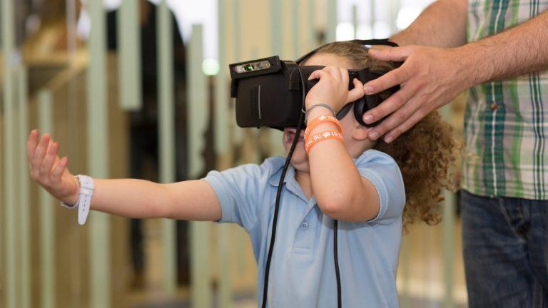 La biblioteca le abre un mundo nuevo a los interesados en tecnología, sin importar la edad.