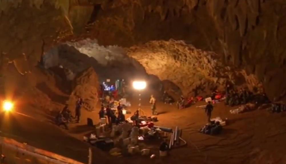 e8f5df24f67 Personal de rescate en la entrada de la cueva Tham Luang. Imagen tomada del  noticiero NBT.