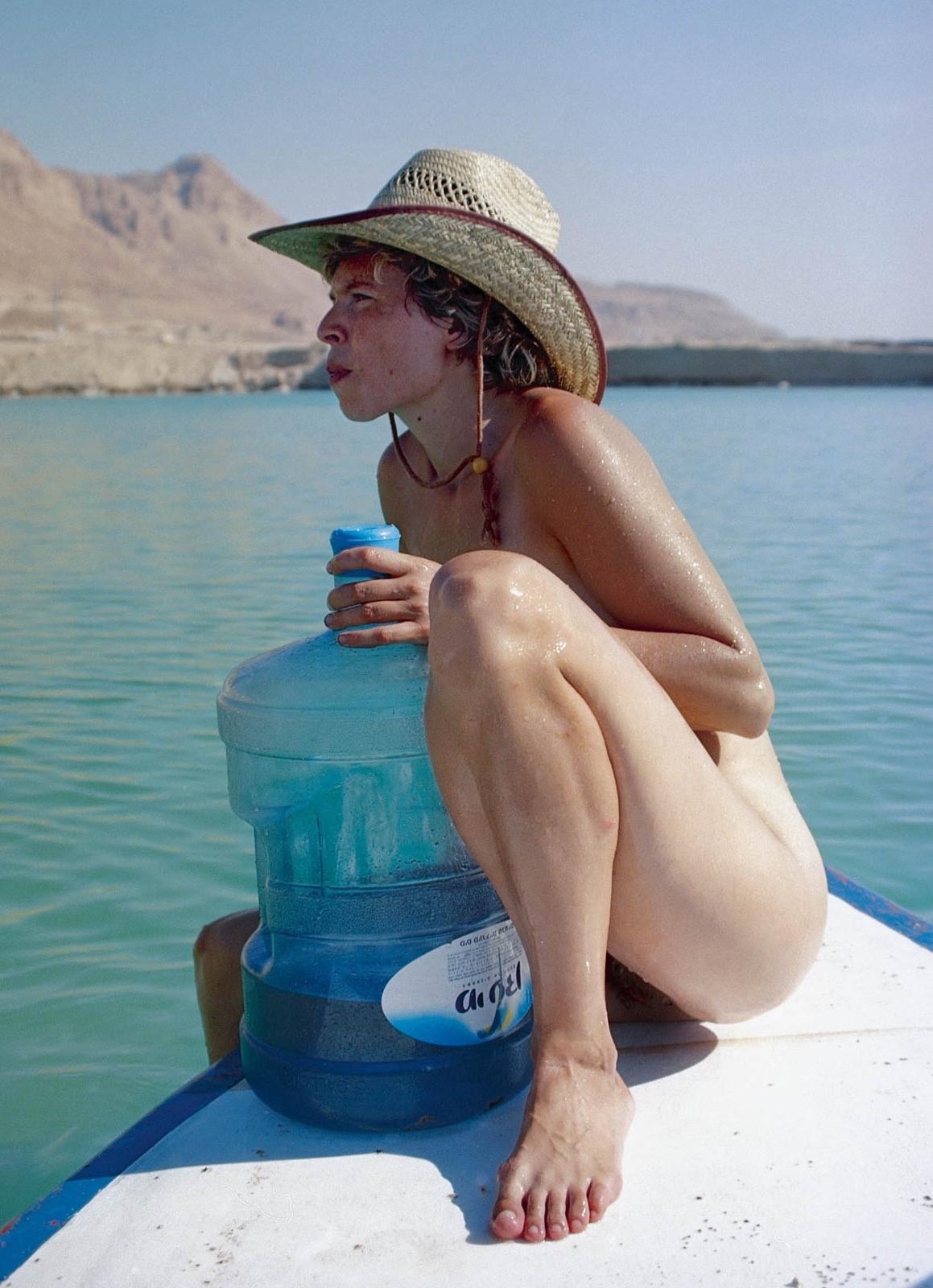 La artista en una tabla de surf. Foto: Masha Rubin © Sigalit Landau, 2019