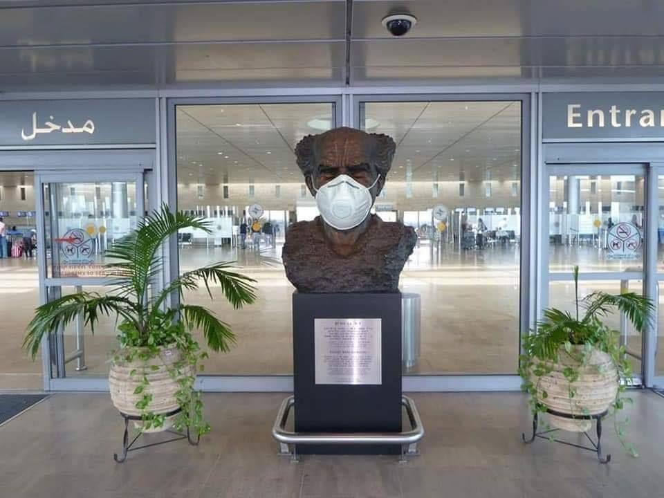 David Ben Gurion con un barbijo en el aeropuerto internacional de Israel que lleva su nombre. Foto: Anton Delin