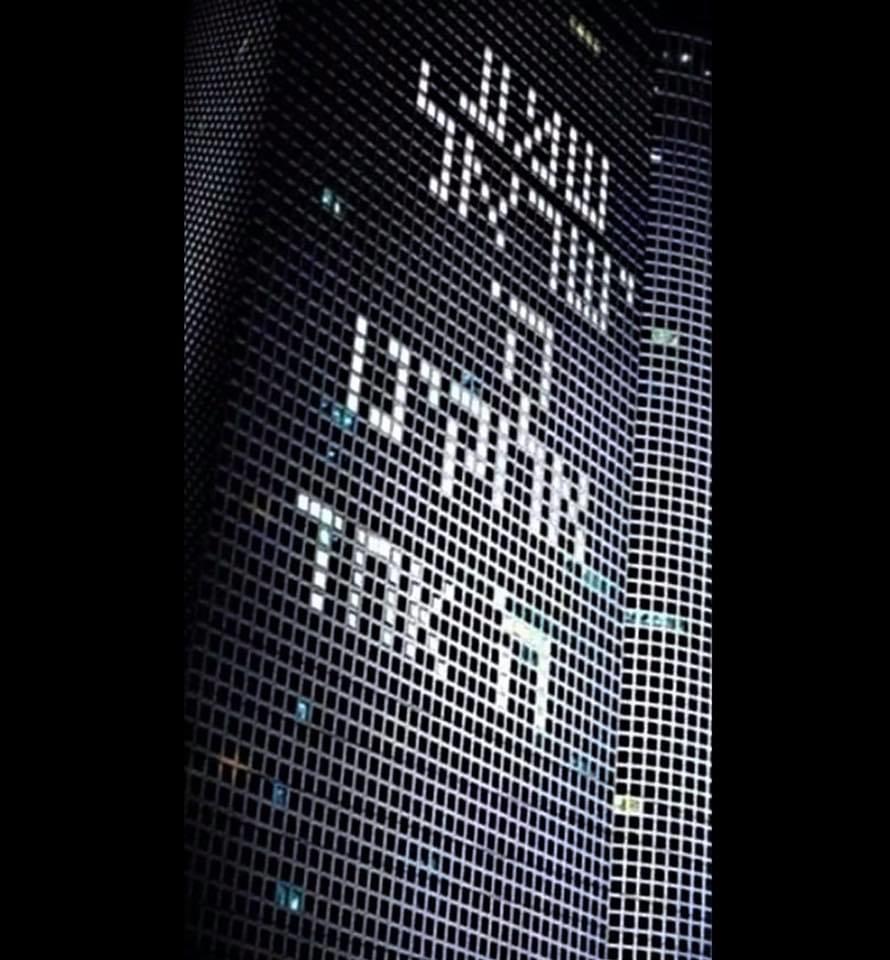 """El viernes 3 de abril de 2020 Centro Azrieli de Tel Aviv se iluminó con el """"Shemá Israel"""", la oración central de la fe judía, """"Oye, Israel, Adonai es nuestro Di-s, Adonai es Uno."""". El rezo debe decirse en voz alta. Foto: Micha Mitch Danzig."""
