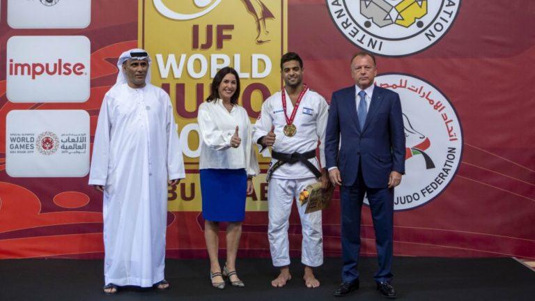 De izquierda a derecha, el presidente de la Federación de Judo y Lucha de los EAU, Mohamed Bin Thalub al Derai; la ministra de Cultura y Deportes de Israel, Miri Regev; el ganadora en la categoría de 81 kg, Sagi Muki; y el presidente de la Federación Internacional de Judo, Marius Vizer. Foto cortesía de IJF