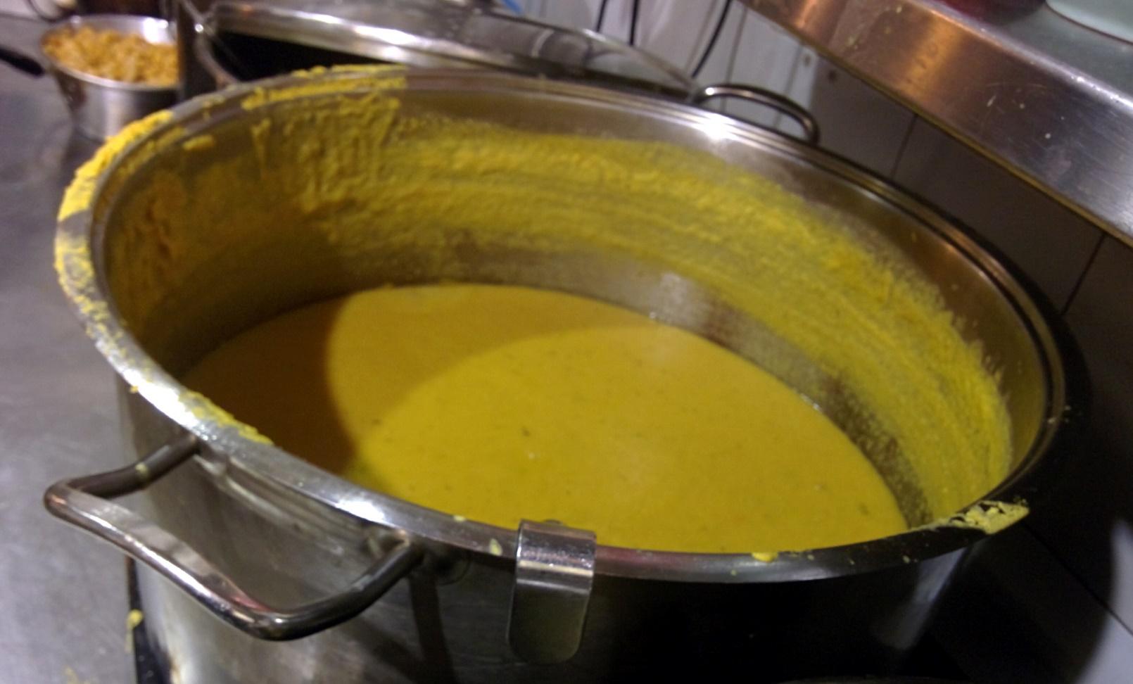 Sopa de lentejas de coco y naranja en la cocina de Hamarakia en Jerusalén. Foto cortesía de Hamarakia