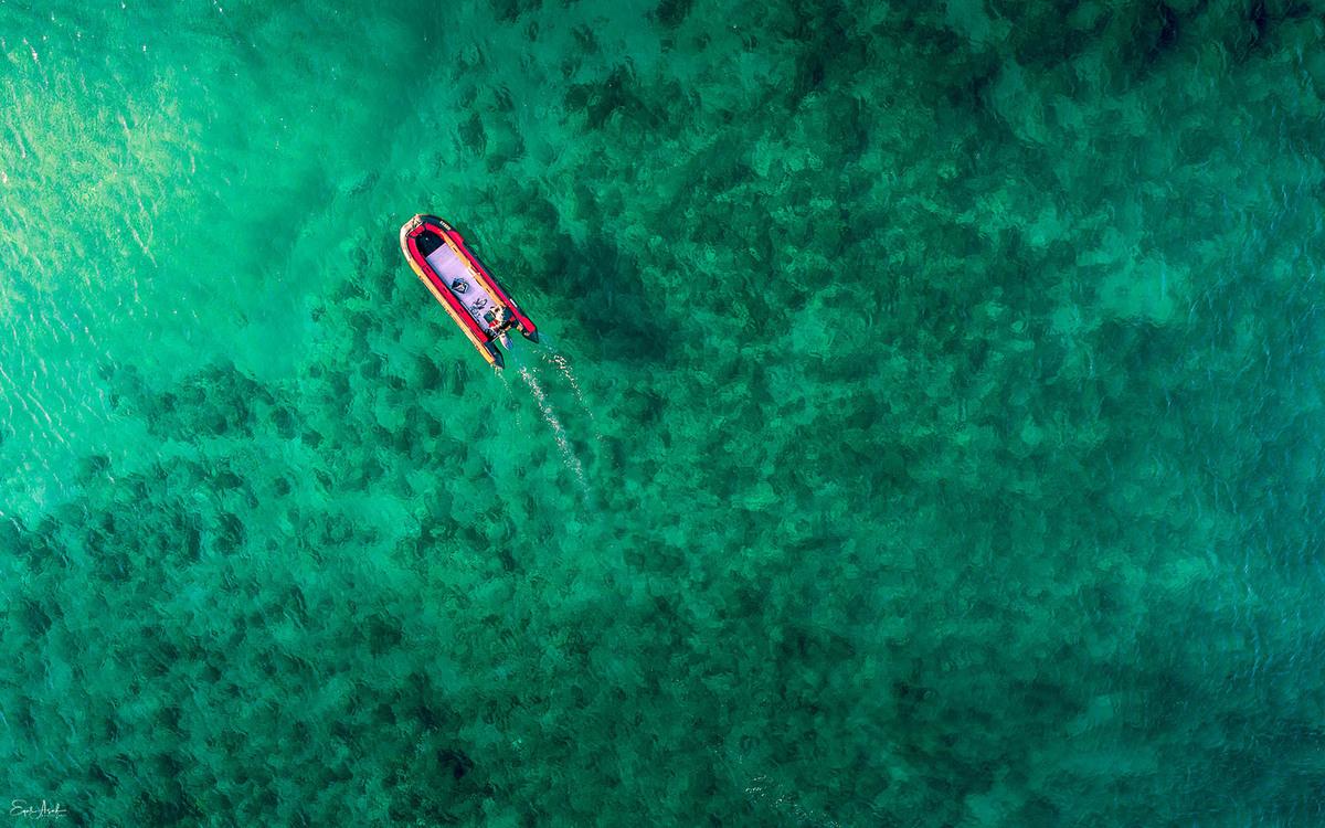 Un barco solitario se balancea en el mar frente a la costa de Cesárea. Foto: Eyal Asaf