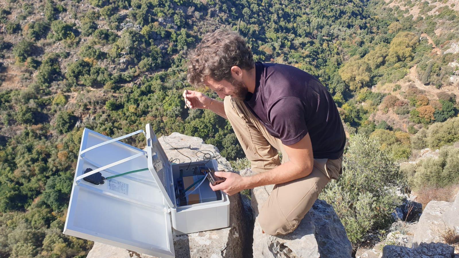 Shachar Katzir instala una estación SOS WiFi en Nahal Amud. Foto cortesía de Bein Hashitin